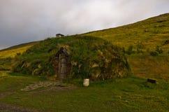 著名北欧海盗艾瑞克被重建的房子Eirikstadir的红色房子 免版税库存照片