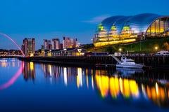 著名千年桥梁在晚上 与泰恩河的有启发性地标在新堡,英国 免版税库存图片