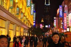 著名南京路的城市轻的夜视图在上海中国 免版税库存图片