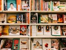 著名厨师食谱书在图书馆书店的待售 库存照片