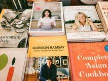 著名厨师食谱书在图书馆书店的待售 免版税库存照片