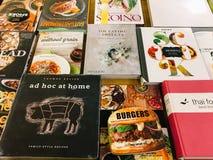 著名厨师食谱书在图书馆书店的待售 免版税图库摄影
