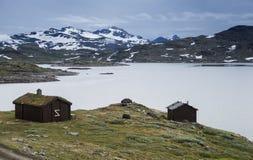 著名县路的55挪威木房子 库存照片