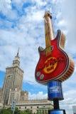 著名吉他-硬石餐厅的标志在华沙的中心 库存照片