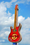 著名吉他-硬石餐厅的标志在华沙的中心 图库摄影