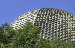 著名和惊人的新加坡歌剧剧院,与位于小游艇船坞海湾的一个惊人的未来派设计的一个大厦的看法 库存图片