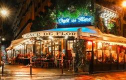 著名咖啡馆de Flore在多雨晚上,巴黎,法国 库存照片