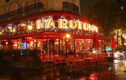 著名咖啡馆La为圣诞节装饰的Rotonde在晚上,巴黎,法国 库存图片