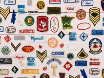 著名品牌标志和标志收藏在墙壁上 库存照片