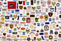 著名品牌标志和标志收藏在墙壁上 免版税库存照片