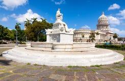 著名喷泉和哈瓦那国会大厦  免版税库存图片
