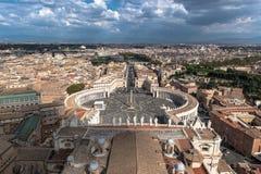 著名圣伯多禄& x27; s在梵蒂冈,城市摆正罗马,意大利的鸟瞰图 图库摄影