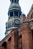 著名圣皮特圣徒・彼得教会的塔时钟,老镇,里加,拉脱维亚 图库摄影