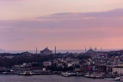 著名圣索非亚大教堂和蓝色清真寺从距离 免版税库存照片