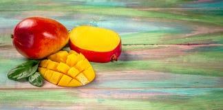 著名在木背景的亚尔方索芒果热带水果 顶视图 复制空间 库存照片