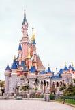 著名城堡看法在迪斯尼乐园巴黎 法国 欧洲 免版税库存照片