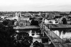 著名城市考纳斯,日落的立陶宛鸟瞰图  在明亮的镇静城市之上覆盖黑暗的希望的夜间晚上红色消散阳光日落可怕对我们视图 黑色白色 免版税库存图片