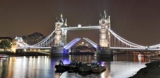 著名塔桥梁在晚上,伦敦 免版税库存图片