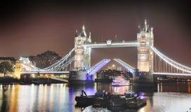 著名塔桥梁在晚上,伦敦 免版税图库摄影