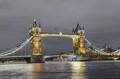 著名塔桥梁在晚上,伦敦 免版税库存照片