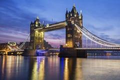 著名塔桥梁在晚上 免版税库存照片
