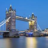 著名塔桥梁在晚上 库存照片