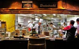 著名多味腊肠Roslein餐馆厨房场面 免版税库存图片