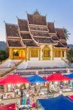 著名夜市场和山楂Pha在琅勃拉邦猛击寺庙 免版税库存照片