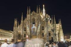 著名大教堂中央寺院二米兰的夜照片在广场的在有一个轻的展示的米兰 免版税库存照片