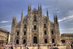 著名大教堂中央寺院的HDR在它前面的照片和人们在一个晴天 库存照片