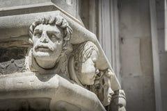 著名头细节在希贝尼克大教堂边门户的  图库摄影