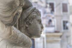 著名头细节在希贝尼克大教堂边门户的  库存照片