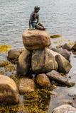 著名小的美人鱼statueDen里尔哥本哈根,丹麦Havfrue  库存照片