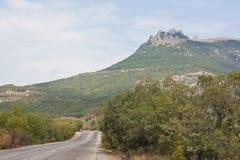著名山Demerdzhi的看法与轨道的 库存照片