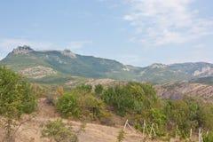 著名山Demerdzhi的看法与轨道的 免版税库存图片