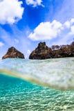 著名岩石的水下的看法在费尔南多・迪诺罗尼亚群岛 免版税图库摄影