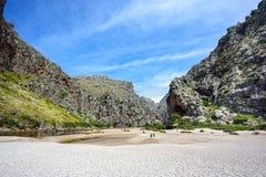 著名峡谷Torrent de Pareis的起点 海岛马略卡,西班牙 库存图片