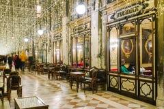 著名弗洛里安咖啡馆的Windows在晚上在威尼斯 库存照片