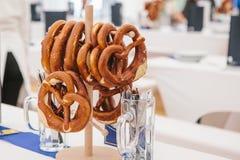 著名德国啤酒节日慕尼黑啤酒节传统椒盐脆饼的庆祝叫在立场的Brezel吊在 免版税库存图片