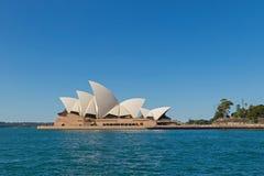 著名悉尼歌剧院,从国外客运枢纽站的看法 免版税库存图片