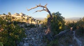 著名戈尔代中世纪村庄日出视图,普罗旺斯全景  库存照片