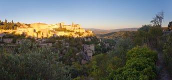 著名戈尔代中世纪村庄日出视图,普罗旺斯全景  免版税库存图片