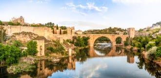 著名托莱多桥梁全景在西班牙,欧洲。 免版税库存图片