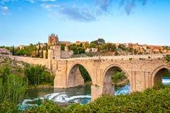 著名托莱多桥梁全景在西班牙,欧洲。 免版税库存照片