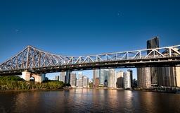 著名故事桥梁&河沿大厦在布里斯班 免版税库存照片