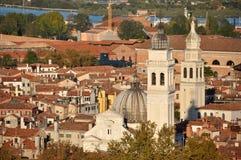 著名教会圆顶在红色的威尼斯意大利 免版税库存照片
