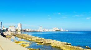 著名散步在哈瓦那市古巴- Serie古巴报告文学的el Malecon概要 免版税库存照片