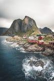 著名旅游景点Hamnoy渔村全景在罗弗敦群岛海岛上的在雷讷,有红色rorbu房子的挪威附近 免版税库存照片