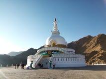著名旅游胜地平静的Shanti Stupa,在Leh附近的和平塔,拉达克,查谟和克什米尔,印度 免版税图库摄影