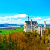著名旅游胜地的看法在巴法力亚阿尔卑斯- 19世纪新天鹅堡城堡 库存图片